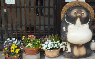 tanuki at shop entrance